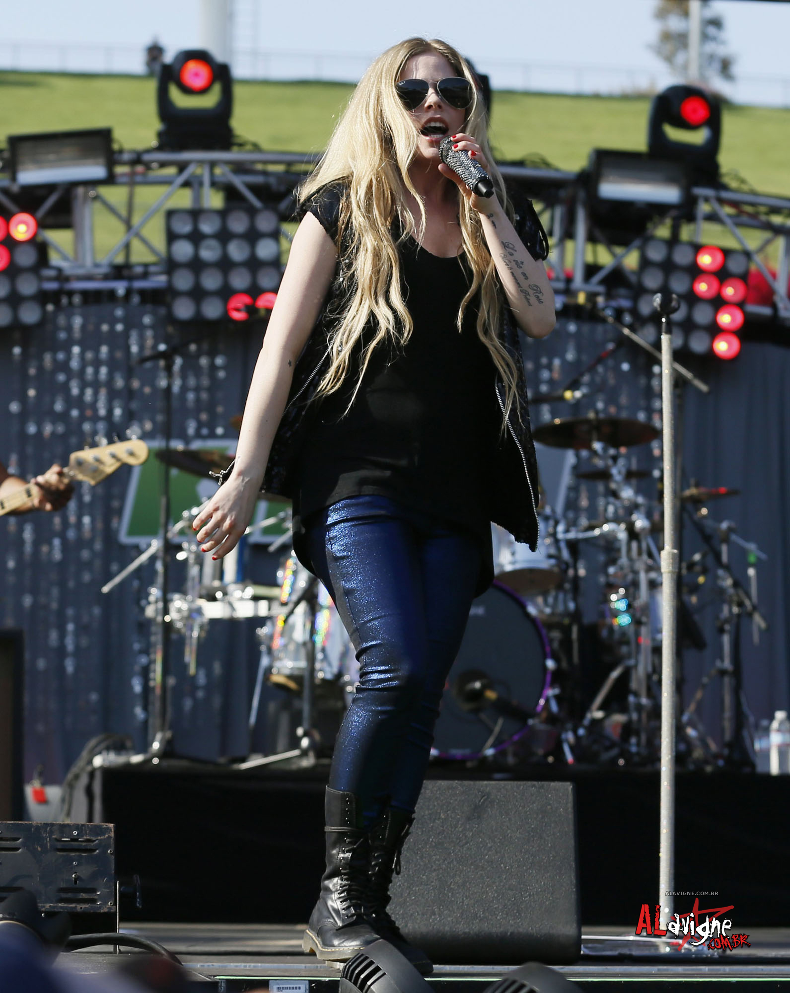 Avril Lavigne @ WT HQ PERFORMANCE 04