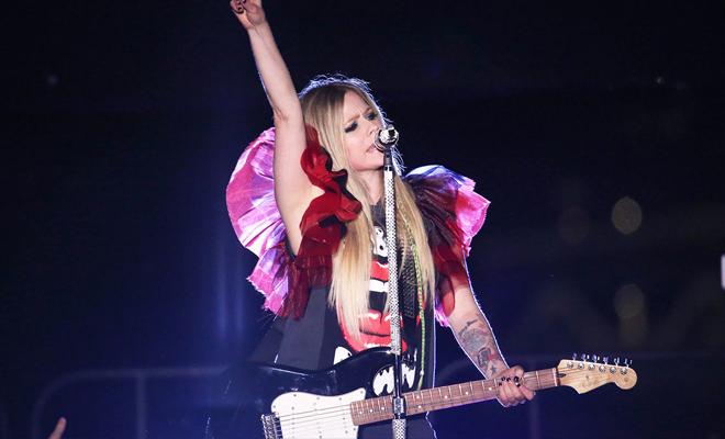 Ela disse sim! Primo de Avril Lavigne pede namorada em casamento no palco durante show em Toronto!