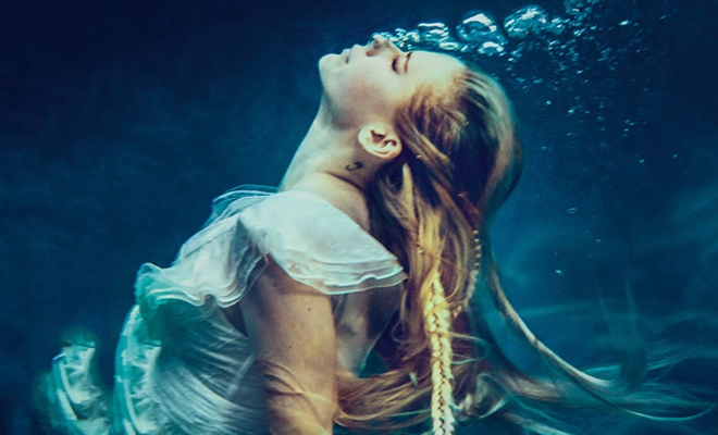 Single 'Head Above Water' completa um ano de lançamento!