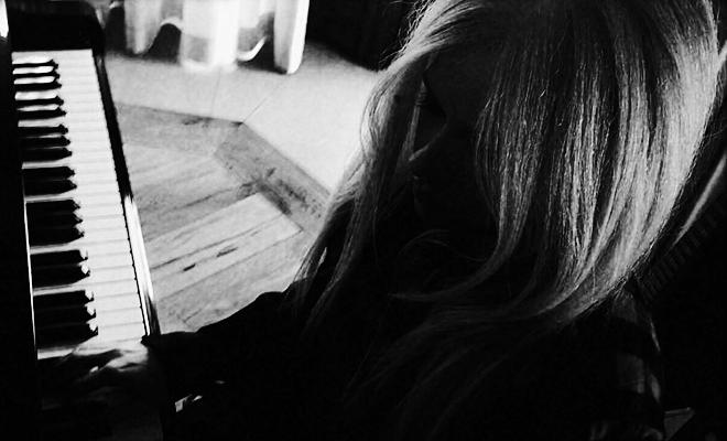 Agora é oficial! Avril Lavigne está em produção do #AL6