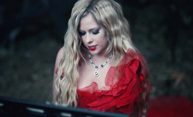 """Confira ao videoclipe de """"I Fell In Love With The Devil"""""""