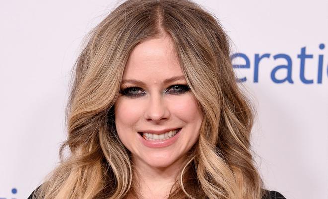 Avril Lavigne marca presença em evento de caridade e faz doação para apoiar crianças