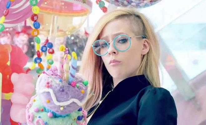 Avril Lavigne no clipe de Hello Kitty