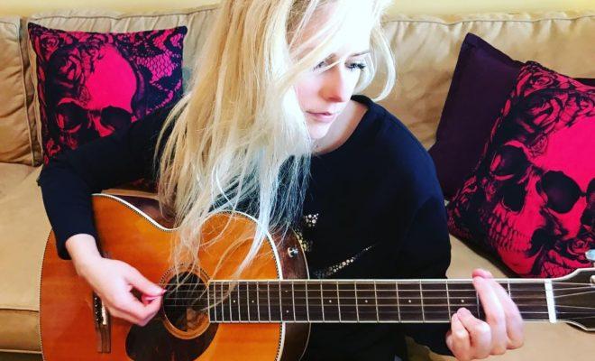 Avril Lavigne tocando violão