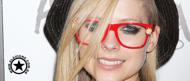 AVRIL NO TWITTER: FOTOS NO ESTUDIO E MAIS