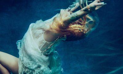 Avril Lavigne submersa em uma piscina